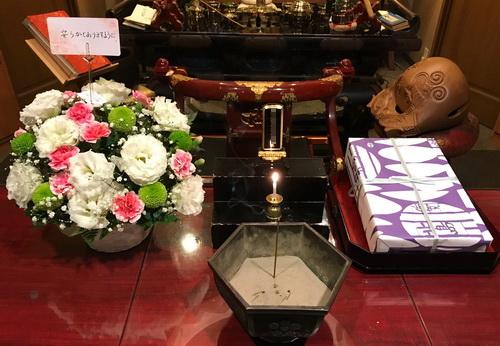 佐賀県の方よりお供え物のお花とお菓子が届きました。